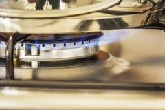 Fokus des Gases der blauen Flamme auf einem kochenden Topf des Kochers in Küchengas s Lizenzfreies Stockbild