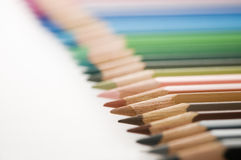 Fokus för blyertspennor i rad på brunt Royaltyfri Foto