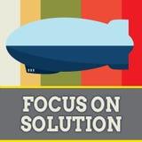 Fokus för ordhandstiltext på lösning Affärsidé för Give full uppmärksamhet på att handla svaret av läget arkivbild