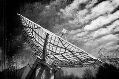 Fokus för radioteleskop till himlen i grungestil Royaltyfri Bild
