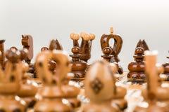 Fokus för schackbräde som svärtar konung och drottningen Arkivfoto