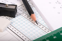 Fokus för svarsark på blyertspennan och fingrar Royaltyfri Fotografi