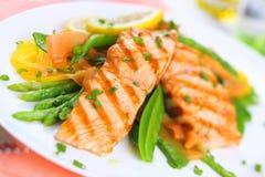 fokus grillade slappa fjädergrönsaker för lax Arkivfoton
