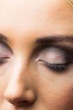 Fokus på ögonmakeup med stängda ögon Arkivbild