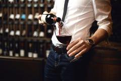 Fokus på flaskan av rött vin royaltyfri bild