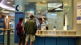 Fokus von den Leuten, die Geld innerhalb des Flughafens austauschen stock video footage