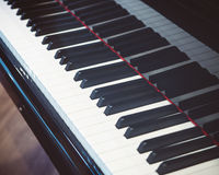 fokusen för bakgrundsblurclosen keys en selektiv övre white för piano royaltyfri bild