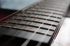 Fokusera en härlig guitar& x27; s-rader Royaltyfri Fotografi