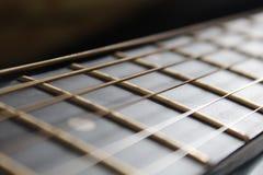Fokusera gitarrraderna royaltyfri fotografi