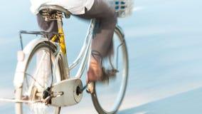 Cykla med personen vinkar in i Vietnam, Asien. Arkivfoto