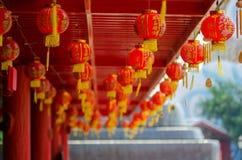 Fokusera på den röda kinesiska lyktan med välsignelsen för det kinesiska teckenet Arkivbild