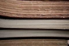 Fokusera på kanterna av gamla böcker och register arkivbilder
