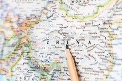 Fokusera på KINA på världskartan med att peka för blyertspenna royaltyfri foto