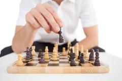 Fokuserad affärsman som spelar schack solo Royaltyfri Bild