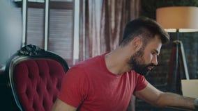 Fokuserad affärsman som tänker på nytt projekt i hem- arbetsplats på aftonen arkivfilmer