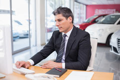 Fokuserad affärsman som använder hans bärbar dator Royaltyfri Fotografi