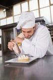 Fokuserad bagare som förbereder den handgjorda kakan Arkivbild