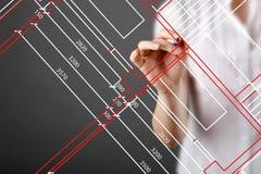 Fokuserad caucasian kvinnlig arkitekt som arbetar på teckningshandlagbrädet på kontoret Golvplan som är upptaget, koncentrationsb Arkivfoto