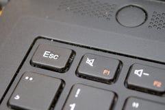 Fokuserad ESC-knapp på ett svart tangentbord arkivfoto