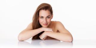 Fokuserad härlig ung kvinna som kopplar av för ny brunnsortbehandling Arkivbild