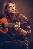 Fokuserad hippie med hans gitarr Royaltyfri Bild