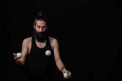 Fokuserad jonglör på cirkusen arkivbilder