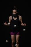 Fokuserad jonglör på cirkusen Royaltyfria Bilder