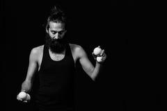 Fokuserad jonglör på cirkusen som är klar för hans kapacitet arkivfoto
