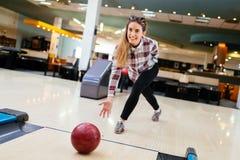 Fokuserad lycklig kvinna som tycker om att bowla Royaltyfria Bilder