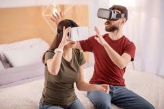 Fokuserade allvarliga par som beräknar VR-teknologi Arkivfoton