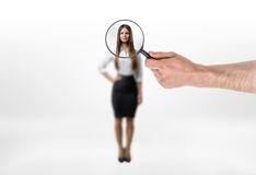 Fokuserade den unfocused kroppen och framsidan för affärskvinna med förstoringsglaset Arkivbild