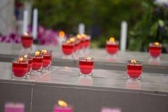 Fokuserade röda stearinljus i exponeringsglasen royaltyfria bilder