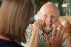 fokuserande home manpensionär för ilskna par royaltyfri bild