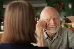 fokuserande home manpensionär för ilskna par royaltyfri foto