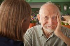 fokuserande home manpensionär för par Royaltyfri Bild