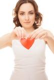 Fokuserar hållande bruten pappers- röd valentinhjärta för den attraktiva flickan nolla Royaltyfri Foto