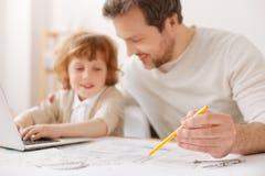 Fokuserat foto på blyertspennan som som är i den manliga handen Fotografering för Bildbyråer