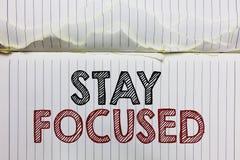 Fokuserat handskrifttextstag Begreppsbetydelsen är den uppmärksamma koncentraten prioriterar uppgiften undviker den öppna anteckn royaltyfria foton