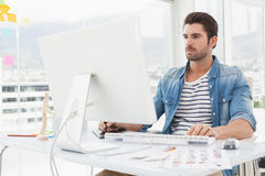Fokuserat märkes- arbete med digitizeren och datoren royaltyfri bild