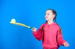 Fokuserat p? boll Aktiv fritid och hobby Tennissport och underh?llning F?r barnlek f?r flicka f?rtjusande tennis ?vning arkivfoton