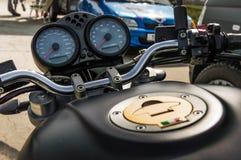 Fokuserat skott av gaspedalerna av en Ducati cykel Royaltyfri Foto
