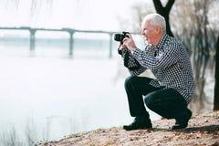 Fokussierte übende Fotografie des reifen Mannes lizenzfreie stockfotos