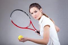 Fokussierte Frau, die Tennis spielt lizenzfreies stockfoto