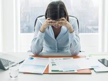 Fokussierte Geschäftsfrau, die Finanzberichte und das Denken überprüft lizenzfreie stockfotos