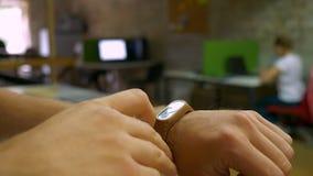 Fokussierte Hand des Mannes im Eignungsarmband, Ausrüstung im Büro weiß werden, Büroillustration, Tätigkeit stock footage
