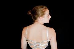 Fokussierte junge Ballerina-Bühne hinter dem Vorhang Stockfotos