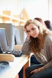 Fokussierte junge Kursteilnehmer, die mit Computern arbeiten Stockfoto