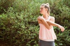 Fokussierter blonder Athlet, der Arme ausdehnt Lizenzfreie Stockfotografie