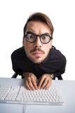 Fokussierter Geschäftsmann im Hemd unter Verwendung des Computers Stockfotos