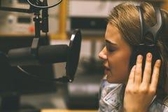 Fokussierter hübscher Sänger, der ein Lied notiert lizenzfreie stockfotos